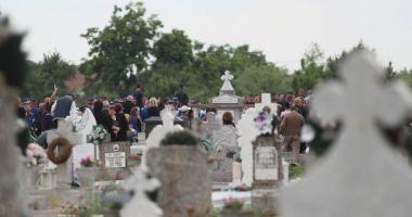 Un muncitor a murit în cimitirul din Brad, după ce s-a răsturnat cu utilajul
