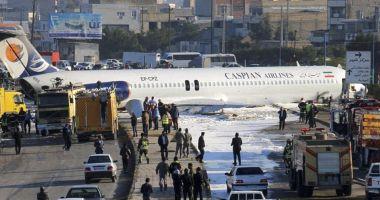 Un avion de pasageri a ratat aterizarea și a ajuns pe autostradă!