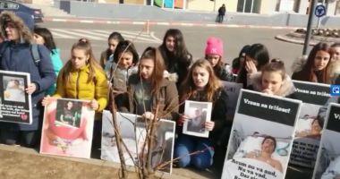 Colegii copilului băgat în comă s-au rugat pentru el, în fața spitalului
