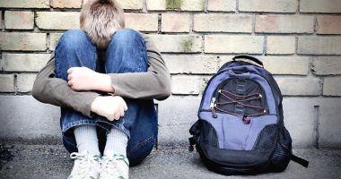 REVOLTĂTOR! Trei tineri au violat un copil de 13 ani, au filmat și apoi au distribuit colegilor de clasă