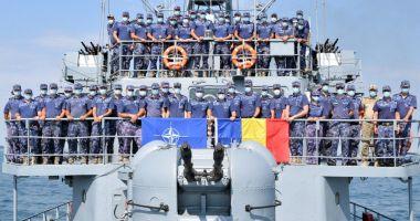 Marinarii militari de pe dragorul Dinescu, la posturile de manevră