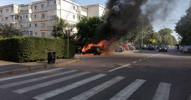 VIDEO. Mașină cuprinsă de flăcări, în cartierul Poarta 6 din Constanța
