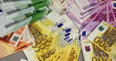 Euro rămâne la 4,39 lei