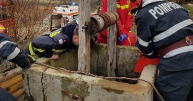 Operațiune de salvare dificilă. O femeie a căzut într-o fântână de 12 metri