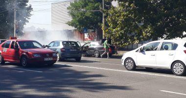 GALERIE FOTO/VIDEO. Maşină cuprinsă de flăcări, pe o stradă din Constanţa