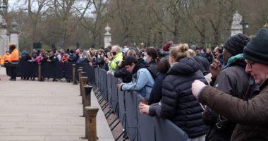 Mii de britanici l-au omagiat pe prințul Philip, în ciuda apelului Casei Regale de a nu fi încălcate restricțiile
