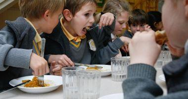 Cu burțile goale la școală! Cornul și laptele înlocuiesc masa caldă pentru elevi