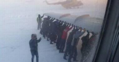 Video incredibil! Pe dos: Pasagerii transportă avionul!
