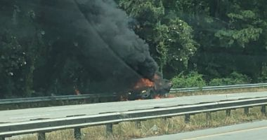 O femeie și-a închis copilul în mașină și i-a dat foc, apoi a privit cum arde în incendiu