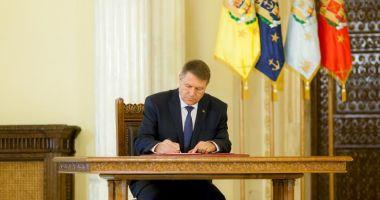 Klaus Iohannis a promulgat legea care interzice pentru doi ani vânzarea de acțiuni de la companiile de stat
