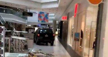 Un tânăr a intrat cu mașina într-un mall și A DISTRUS tot ce-i statea în cale!