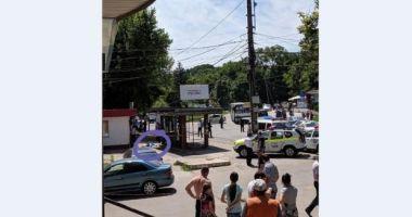 Un șofer a intrat cu mașina în mulțime, în stația de autobuz. Un bărbat a murit și o femeie și copilul ei, răniți