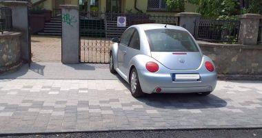 Mașină, parcată pe trotuarul proaspăt refăcut. Șoferul a fost amendat