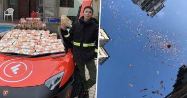 Un milionar a aruncat cu bani de la etajul 8 al unui bloc dintr-un cartier sărac
