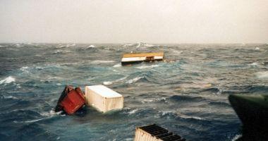 O navă a pierdut circa o sută de containere în Pacific