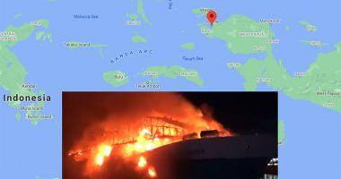 O navă de pasageri a fost distrusă de flăcări