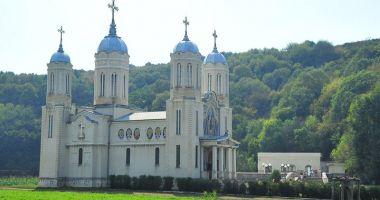 """Ce MĂSURI iau forțele de ordine la Mănăstirea """"Peștera Sf. Andrei"""". IPS Teodosie, verificat de Poliție"""