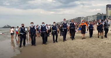 Bătaie pe plaja în timp de pandemie! Turiștii aruncau cu pietre, umbrele sau șezlonguri în polițiști