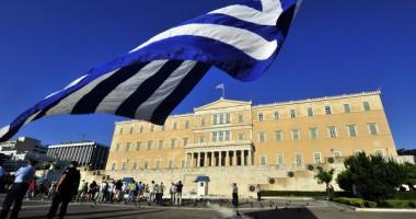 Peste 100.000 greci protestează în fața Parlamentului de la Atena