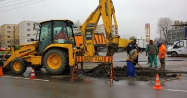 Șoferi, se circulă greu pe bulevardul Aurel Vlaicu. Se lucrează la conducta de apă