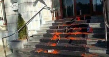Protest cu vopsea roșie și cuție, la Ministerul de Justiție, după crima comisă de un pușcăriaș eliberat în baza recursului compensatoriu