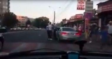VIDEO / SCANDAL pe bulevardul Soveja. Polițiștii locali au încătușat un șofer recalcitrant