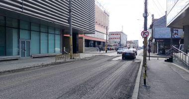 Avansează lucrările de decopertare a carosabilului pe strada Mihai Viteazu