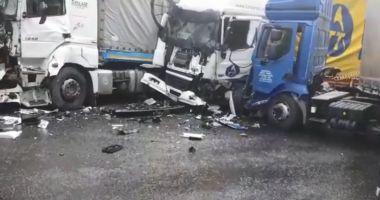 VIDEO / ACCIDENT GRAV! Trei TIR-uri s-au ciocnit, între Pitești și Râmnicu Vâlcea