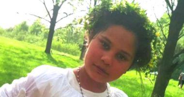 O fetiță de 11 ani a dispărut, pe drumul dintre școală și casă. Polițiștii o caută cu un elicopter, drone și câini de urmă