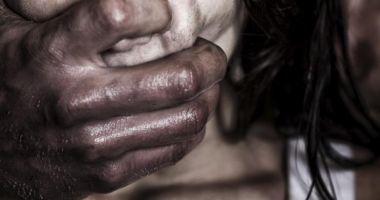 Bărbat prins de polițiști chiar în timp ce viola o femeie
